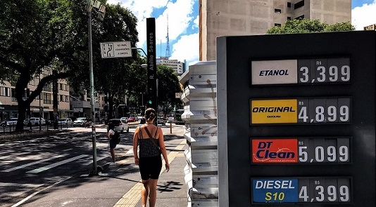 Bolsonaro ameaça presidente da Petrobrás e zera impostos sobre o diesel