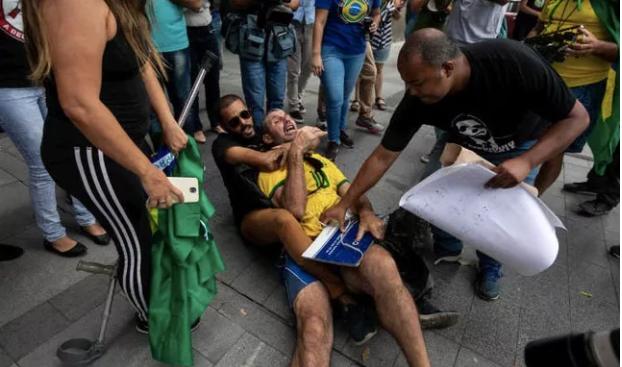 Apoiadores de Daniel Silveira agridem homem com placa de Marielle no RJ