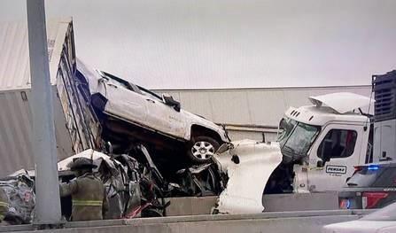Engavetamento mata 5 e deixa 36 hospitalizados nos EUA; mais de 100 carros envolvidos no acidente