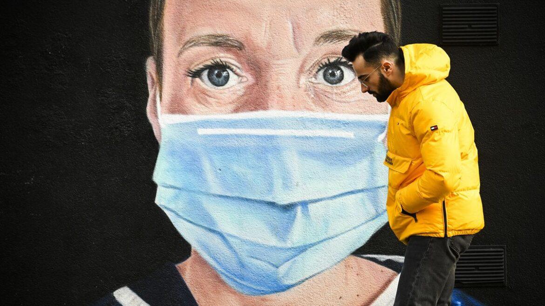 EUA passam a indicar uso de duas máscaras para conter avanço da COVID-19