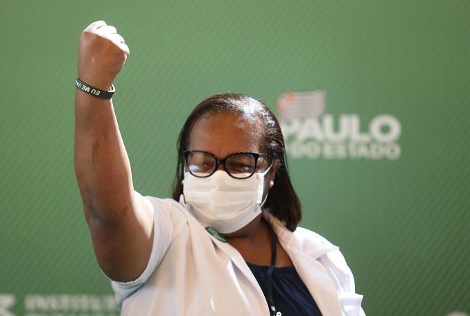 Primeira vacinada do Brasil recebe 2ª dose de CoronaVac