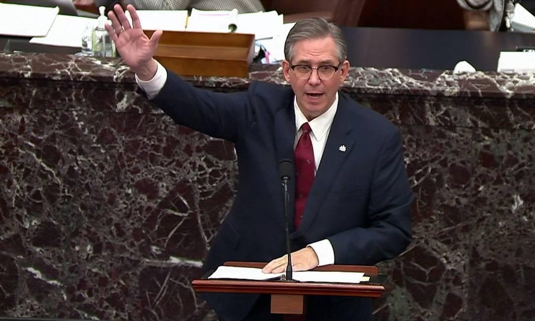 Advogado de Trump furta porta-copos do Senado e vira piada nas redes