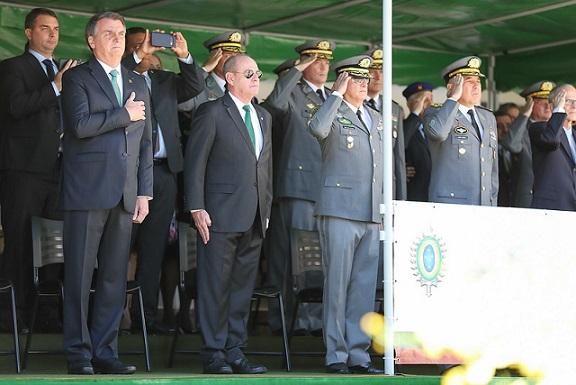 Autoritarismo no Brasil: PM prende jovem por tuíte contra Bolsonaro