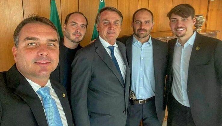 Bolsonaro tem os quatro filhos investigados