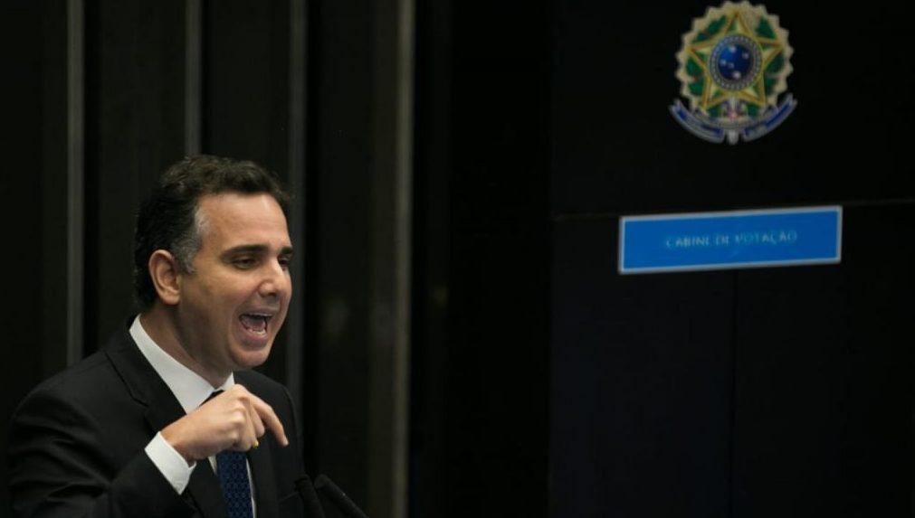 Pacheco quer investigar gesto obsceno e exige demissão de assessor de Bolsonaro