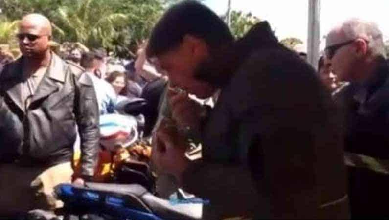 Vídeo: Bolsonaro sai sem máscara e é barrado em tenda de frango assado