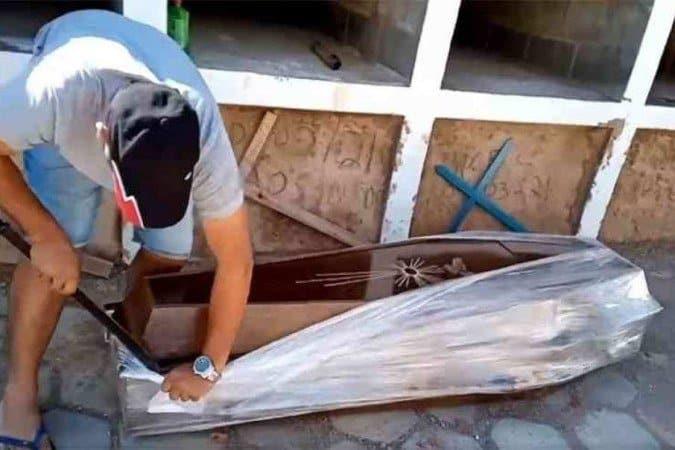 """Vereador do PT abre caixão para """"provar"""" que homem não morreu de COVID-19"""