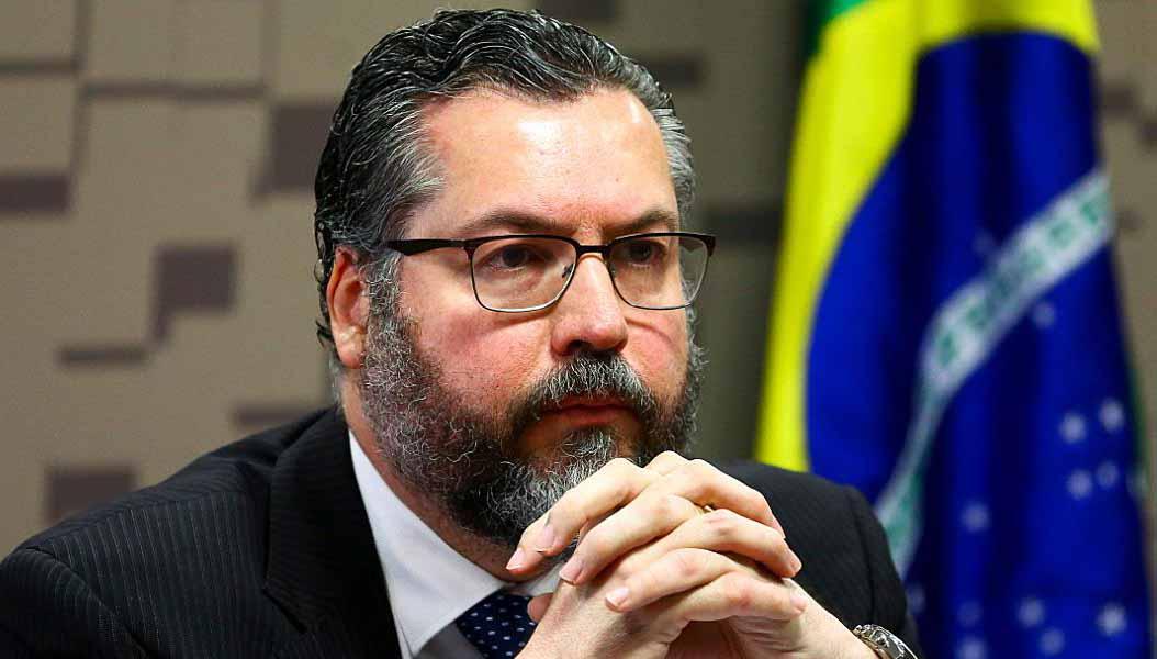 Ernesto Araújo está mentindo