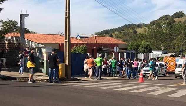 Adolescente armado invade creche e mata 2 crianças em Santa Catarina