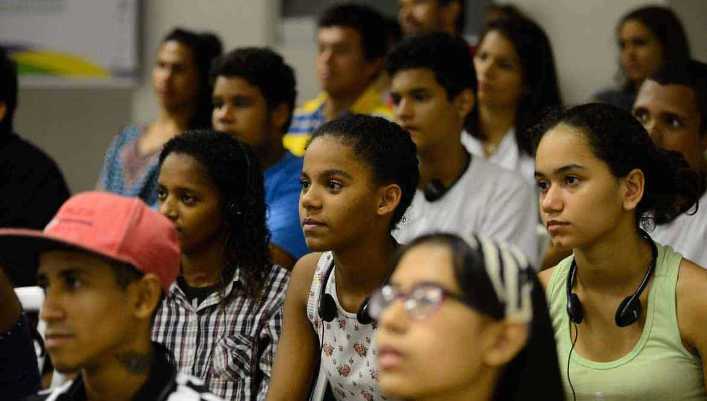 Metade dos jovens quer deixar Brasil