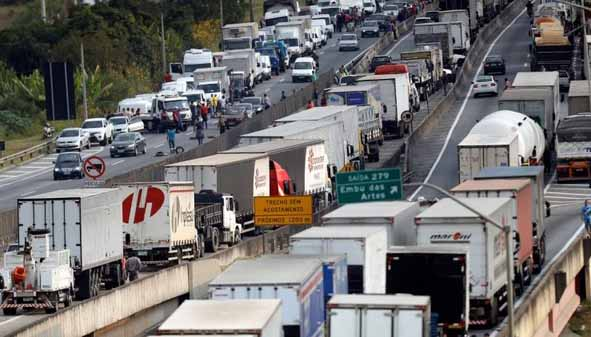 Líder de caminhoneiros ameaça greve