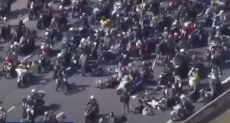 Vídeo: Acidente generalizado em 'motociata' de Bolsonaro em SP