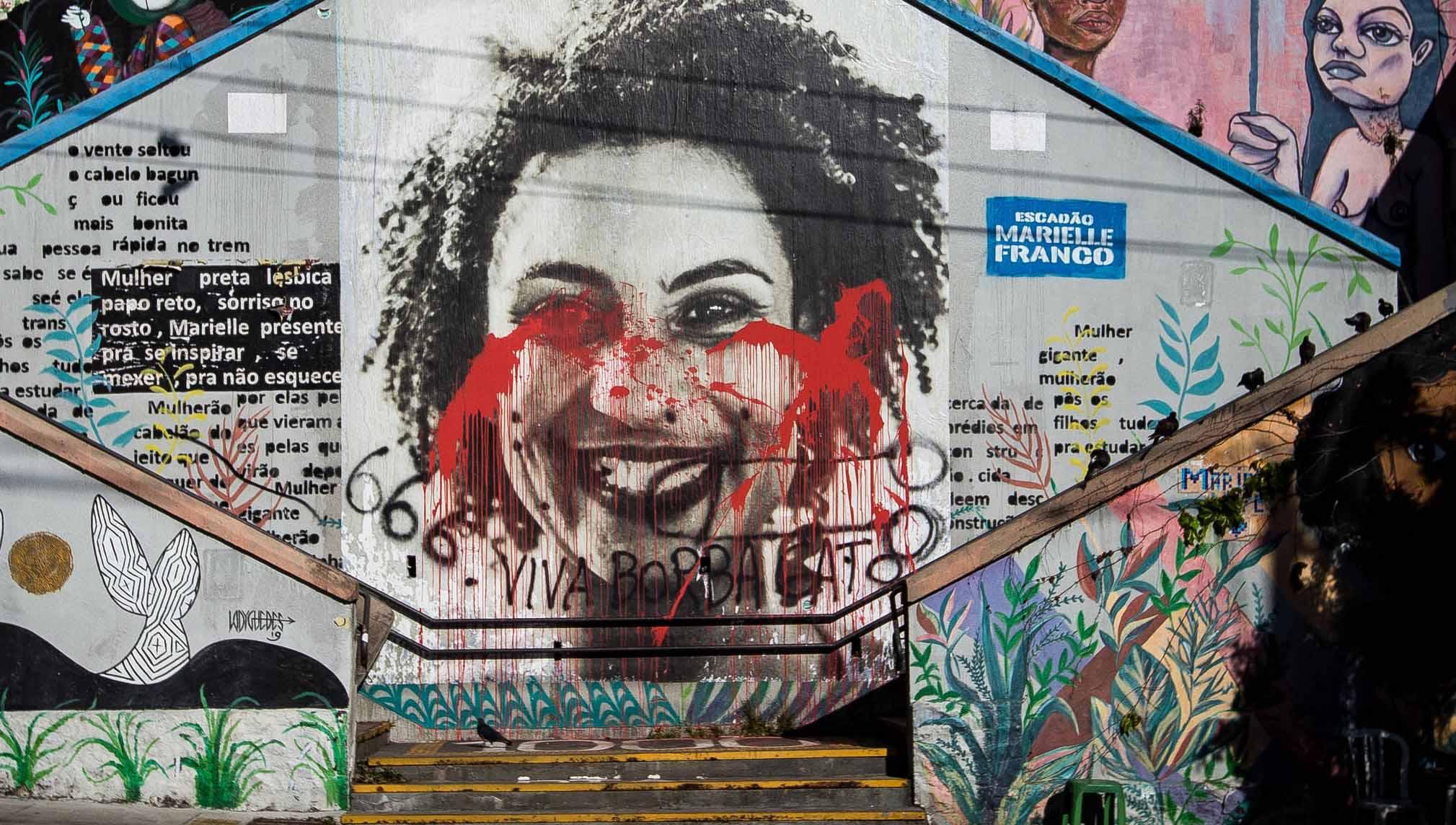 Escadão Marielle Franco é pintado de sangue em SP