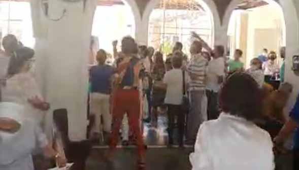 Bolsonarista é expulso de igreja