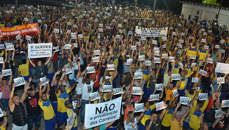 Trabalhadores tentam impedir privatização dos Correios