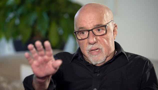 Paulo Coelho recomenda maconha para Bolsonaro