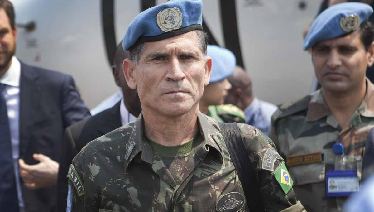 Santos Cruz detona desfile militar