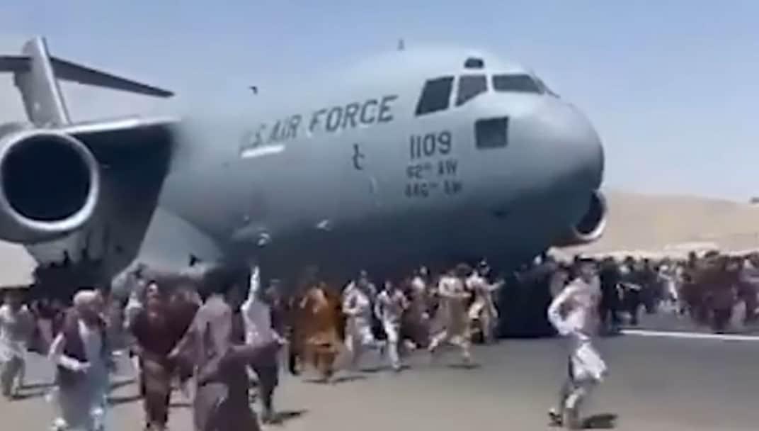 Afegãos se agarram e caem de avião dos EUA
