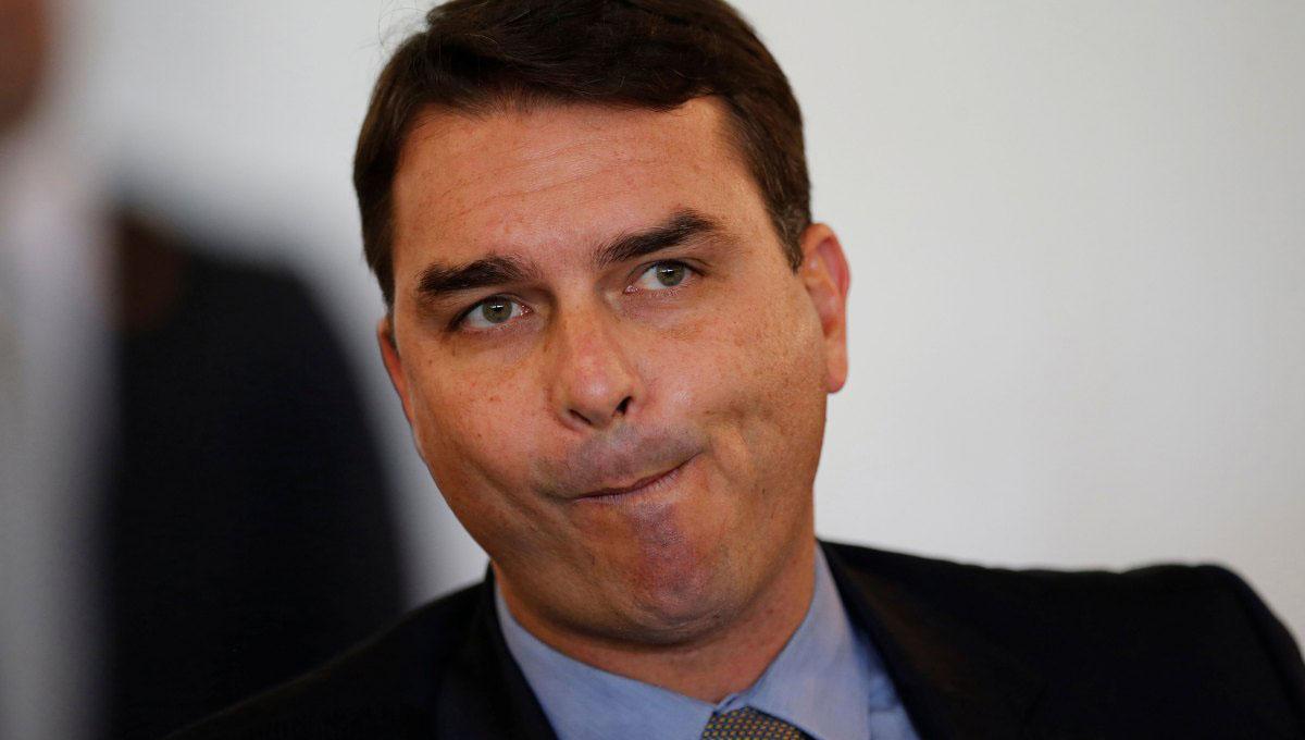 Flávio Bolsonaro aparece em negociação suspeita