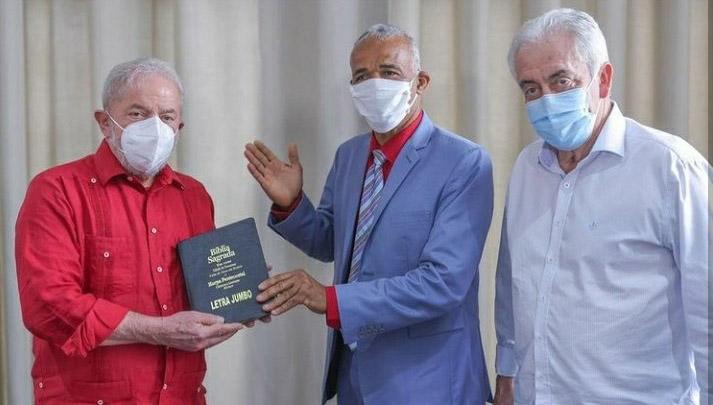 Lula 'recebe' Bíblia de pastor da 'Cura Gay'