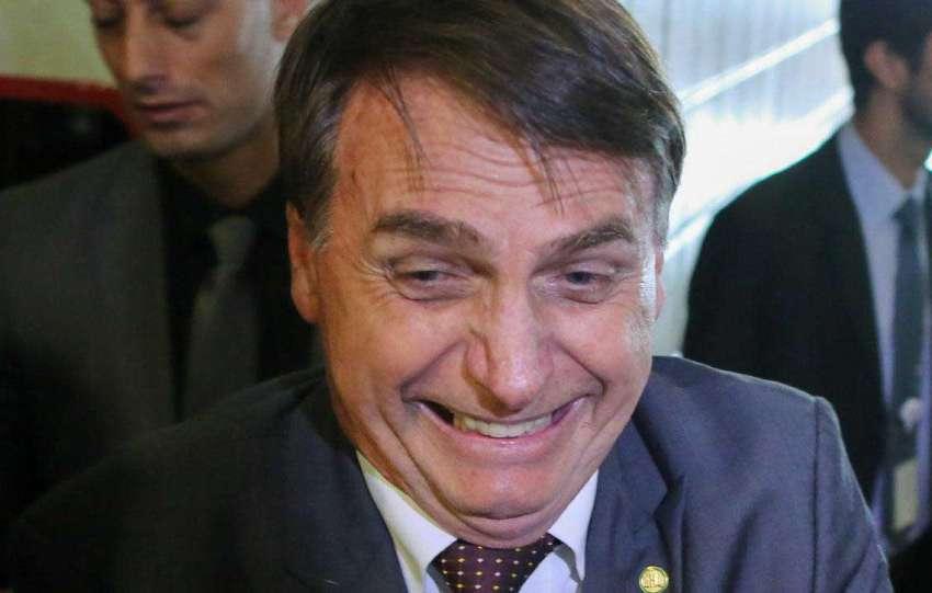 Bolsonaro exibe medalha de imbrochável