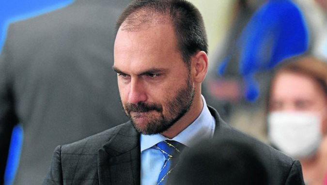 Eduardo Bolsonaro anuncia que está com Covid-19