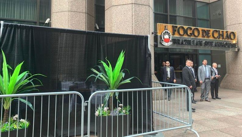 Bolsonaro come em puxadinho na calçada em NY