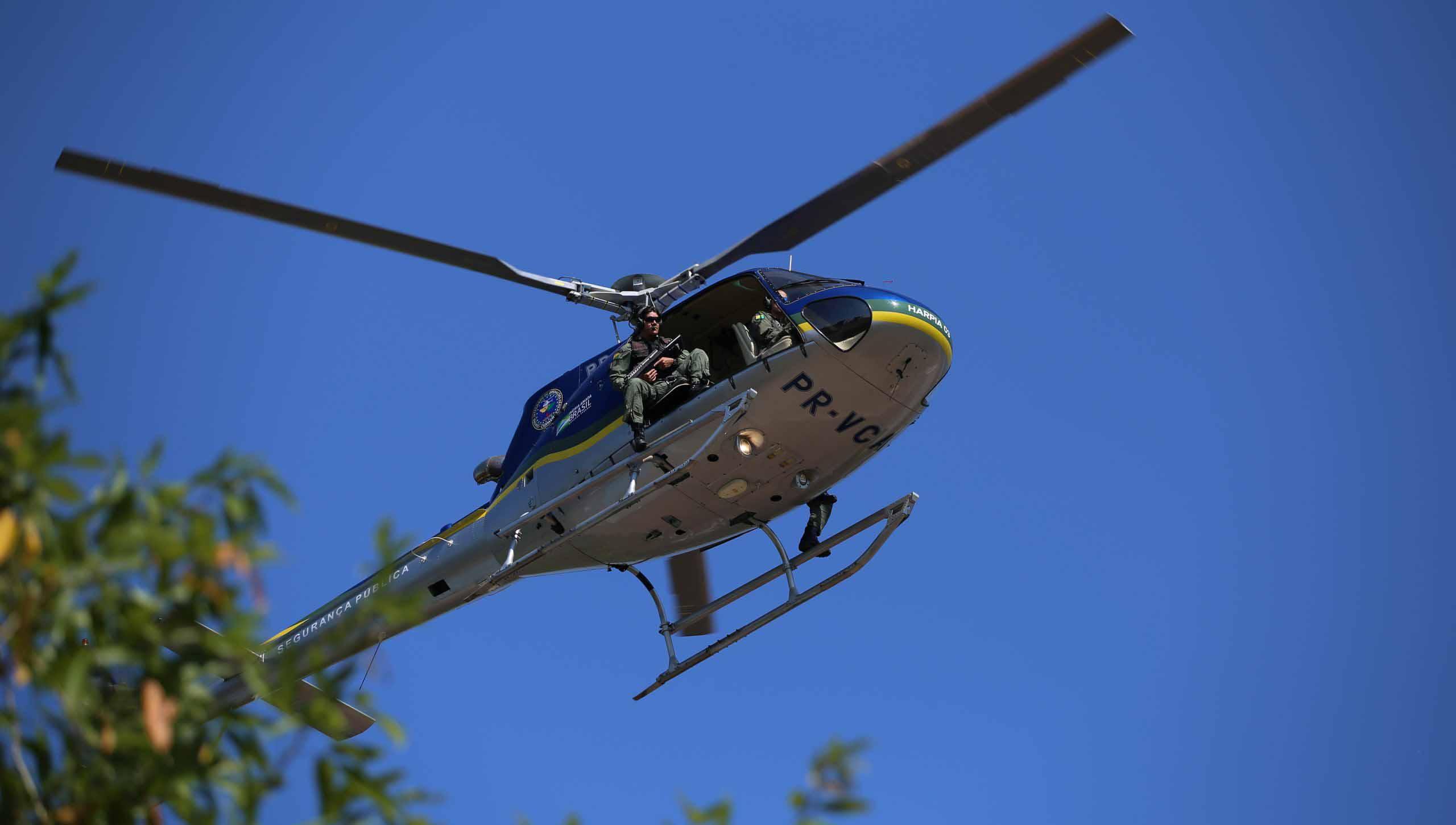 Helicóptero dá rasante em escola