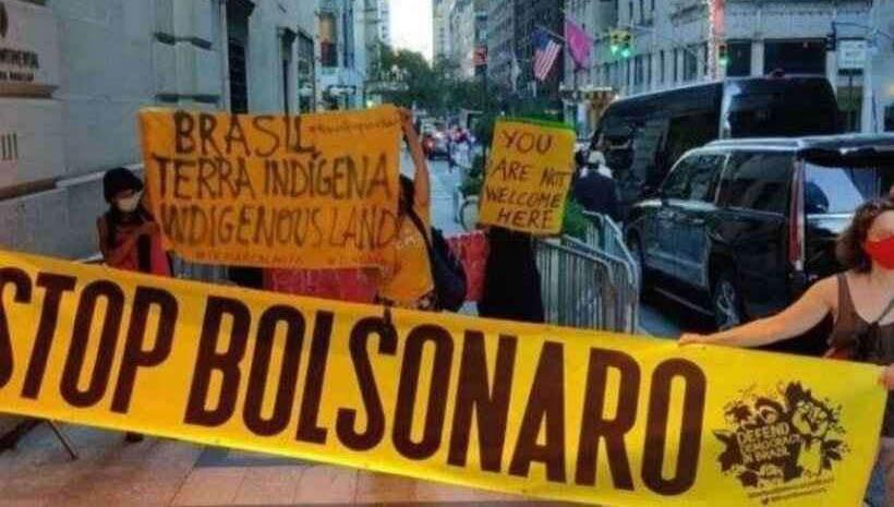 Protesto faz Bolsonaro entrar pelos fundos de hotel