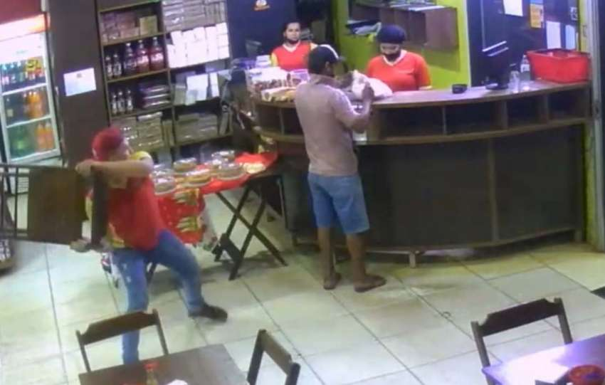 Homem dá cadeirada em ladrão