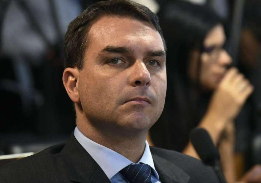 Flávio Bolsonaro é xingado ao se vacinar