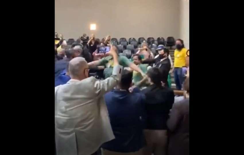 Bolsonaristas invadem Câmara e agridem vereadores